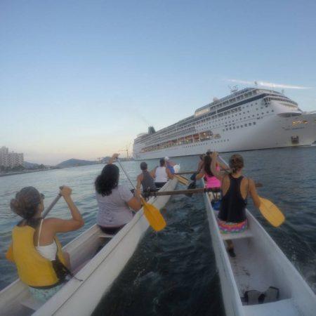 Para os que detestam monotonia, um rolê de canoa havaiana pelas praias isoladas do Guarujá